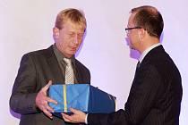 Ladislavu Pulpitovi (vlevo) gratuloval i hejtman Pardubického kraje Martin Netolický.