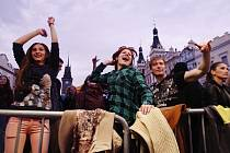 Začátek pardubického Majálesu. Na Pernštýnském náměstí se hrálo i korunovalo.