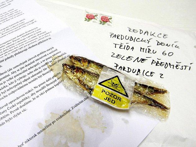 S anonymním dopisem do redakce přišla i nevábná příloha. Mrtvé ryby s výstražnou cedulkou.