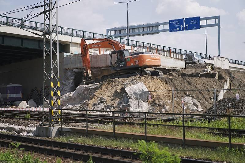 Původní most stavebně-technickým stavem a prostorovým uspořádáním nevyhovoval potřebám provozu na rekonstruované trati. Nahradí ho nová konstrukce, která nyní putuje z letiště na své místo.