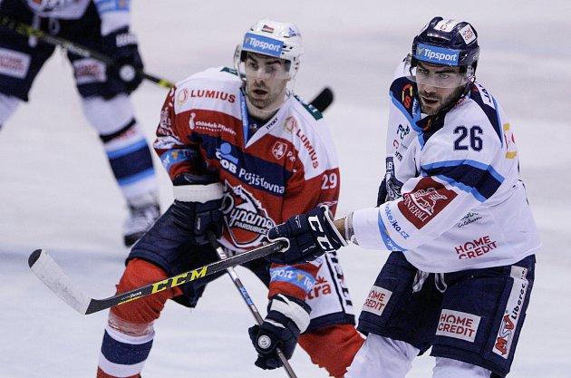 Utkání Tipsport extraligy vledním hokeji mezi HC Dynamo Pardubice (včervenobílém) a  Bílí Tygři Liberec ( vbílomodrém) vpardubické Tipsport areně.