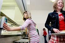 Přiložit kartu, vzít si talíř. Děti v ZŠ Staňkova v Pardubicích používají v jídelně k placení obědů Pardubické karty. Zatím se nový systém osvědčil.