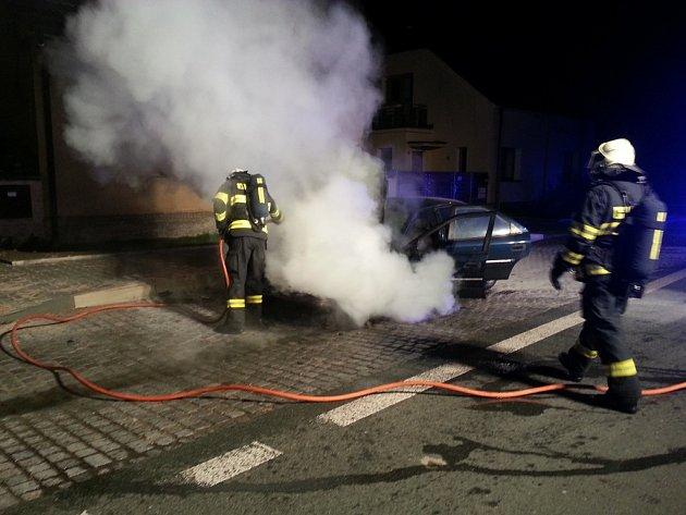 Požár automobilu v Bukovce pravděpodobně zavinila technická závada.