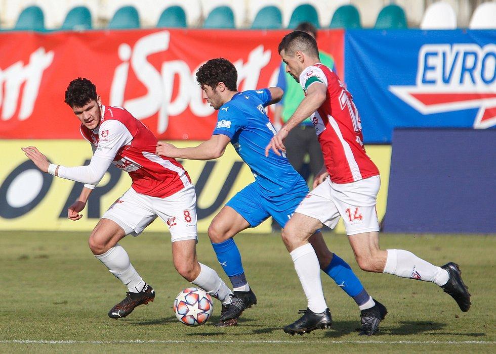 Fotbalové utkání Fortuna ligy mezi FK Pardubice (v červenobílém) a FC Baník Ostrava ( v modrém) na Městském stadionu Ďolíček v Praze.