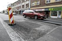Prasklé potrubí a nově položený povrch na ulici Jana Palacha už je zase samá díra. Nová silnice nevydržela v celku ani půl roku.
