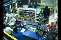 Lupič na čerpací stanici vešel s pistolí, ale zločin si rozmyslel.