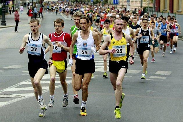 VINAŘSKÝ PŮLMARATON. Centrum města v sobotu nebývale ožilo. Běžel se zde Pardubický vinařský půlmaraton, který byl podruhé povýšen i na Mistrovství České republiky.