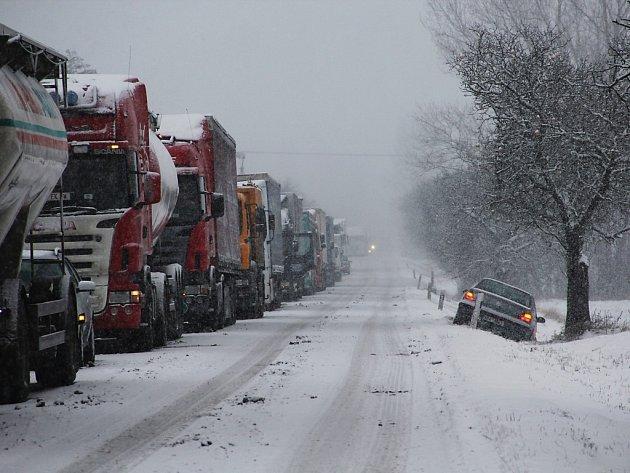 Fronta kamionů a automobil v příkopě. Takhle to ráno vypadalo u Holic.