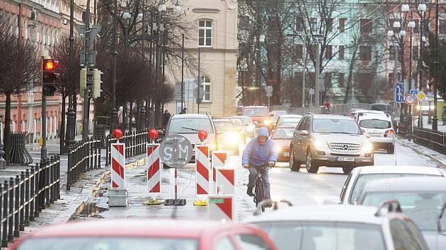 Dopravní experiment s uzavřením jednoho jízdního pruhu na náměstí Republiky