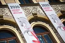 Radnice icentrum jsou ozdobeny šálami sběloušem, vjezdy doměsta vítají stejným symbolem všechny jeho obyvatele inávštěvníky. Pardubice jsou Evropským městem koní..