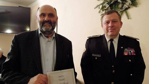 Ocenění hasičům z obce přepychy předával Roman Tvrzník (vlevo) a Jan Aulický. Foto: