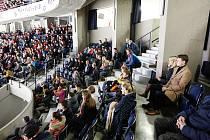 Hokej si užili zaměstnanci Deníku i chlapci z dětského domova. Foto: Deník