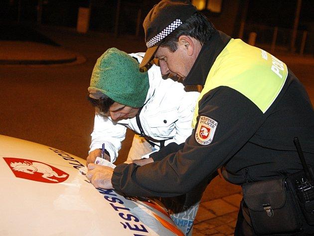 Nečekaná kontrola pardubické městské policie ve Svítkově přinesla před místní základní školou nález většího množství marihuany a také tři nezletilé pod vlivem alkoholu.