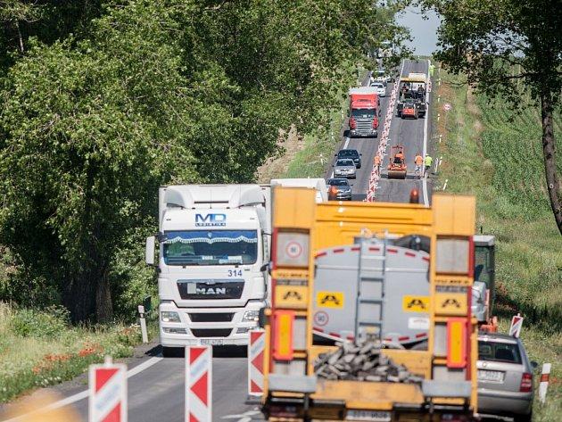 Uzavírka silnice I/35 mezi Ostřetínem a Vysokou u Holic platí pro osobní auta. Jejich řidiči ale zákaz ignorují a prodlužují tak kolony.