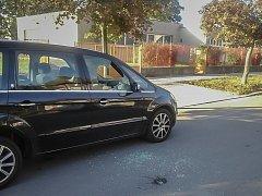 Vykradené vozidlo, od kterého pachatele utíkal. Jenže přímo k přivolané hlídce městské policie.