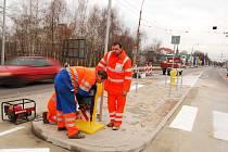 Instalace dopravního značení na novém přechodu na Hradecké
