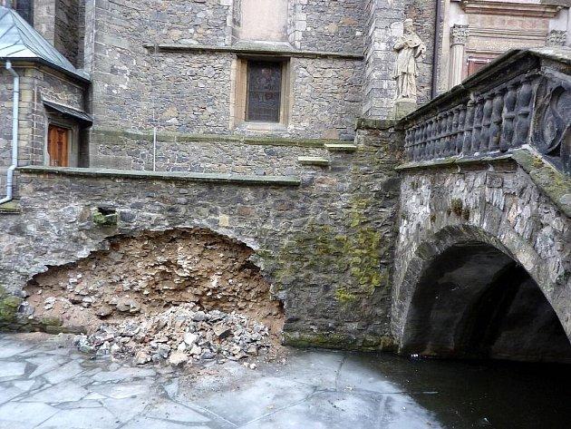 Zeď kostela nahlodal mráz, opravovat se bude až na jaře