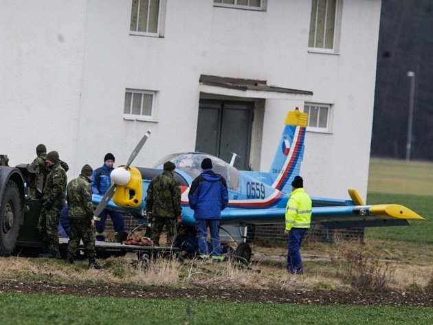 Zlín Z-142 který nouzově přistál u pardubického letiště.
