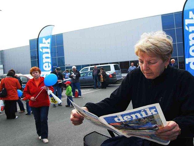 Na pardubickém Dni s Deníkem si lidé mohli přečíst noviny.