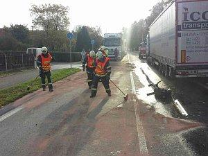 V Ostřetíně hasiči chytali 700 litrů nafty