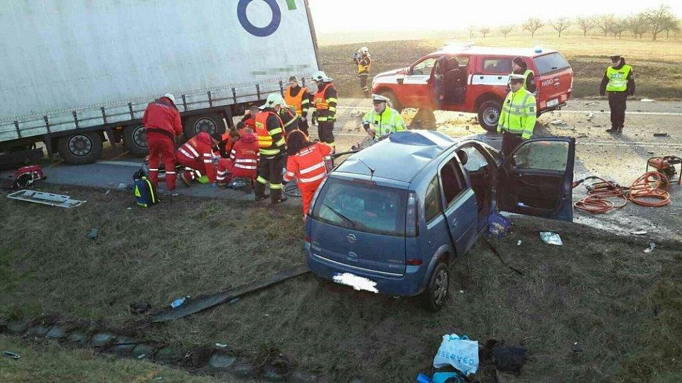 Tragická nehoda u Holic. Čelní střet nepřežila řidička vozidla, její dvě děti ve vážném stavu vyprošťovali hasiči.