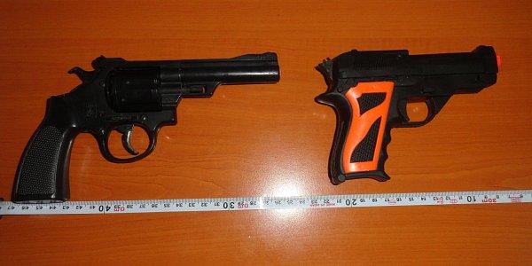 Pistole, kterými kolem sebe mladík na ulici mířil. Že jsou to hračky ale neměli policisté šanci z20 metrů poznat.