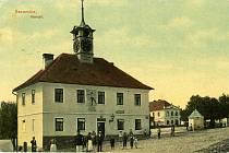 Po velikém požáru v Sezemicích v roce 1832, při kterém shořela dřevěná radnice na Velkém náměstí, byla nad budovou obecní spilky vystavěna z kamene a cihel nová empírová radnice opatřená věžičkou s hodinami. Ta se stala v roce 1834 svědkem významné událos