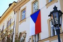 Vlajka, pořízená na oslavu 75 let od konce války, zavlála již v dubnu.