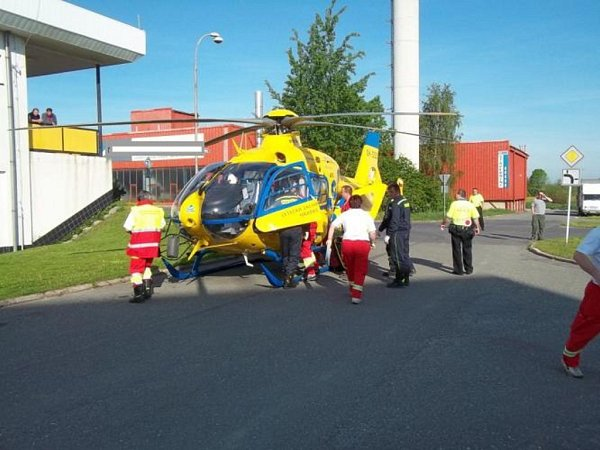 Pro zraněného chlapce letěl do Holic vrtulník záchranné služby.