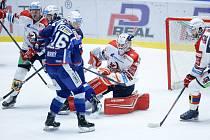 Hokejové utkání Tipsport extraligy v ledním hokeji mezi HC Dynamo Pardubice (v bíločerveném) a HC Kometa Brno (v modrobílém) v pardudubické enterie areně.
