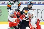 Hokejové utkání Tipsport extraligy v ledním hokeji mezi HC Dynamo Pardubice (v červenobílém) a HC Sparta Praha (v bílomodrém) pardudubické enterie areně.