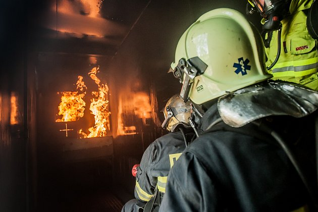 Mobilní simulátor bytového požáru si vyzkoušeli profesionální i podnikoví hasiči. Návěs kamionu dovede bezpečně simulovat požár kuchyně, obývacího pokoje a hasičům znepříjemnit zásah i tím, že jim dovede odřezávat ústupové cesty.