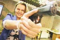 NIKOLA GREŠŠOVÁ si u pardubické městské policie vyzkoušela také suchou střelbu ze zbraně bez náboje. Navštívila rovněž operační středisko nebo stáje jízdního oddílu.
