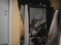 Další požár z dílny žháře ve Valčíkově ulici. Tentokrát hořela skříň na chodbě.