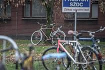 Neutěšená situace čeká cyklisty u nádraží. Míst, kam uvázat kolo drasticky ubylo.