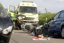 Motorkář u Starých Jesenčan doplatil zřejmě na zbrklé předjíždění. Střet s autem nepřežil.