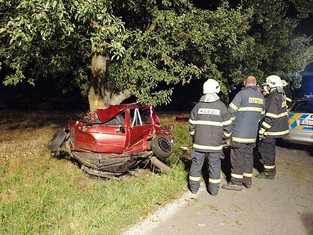 Vůz se po nárazu doslova obtočil kolem stromu