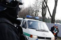 Příjezd fanoušků na druholigové utkání Pardubic s Opavou byl pod důkladným dohledem policie. Hlavně kvůli přítomnosti polské části publika.