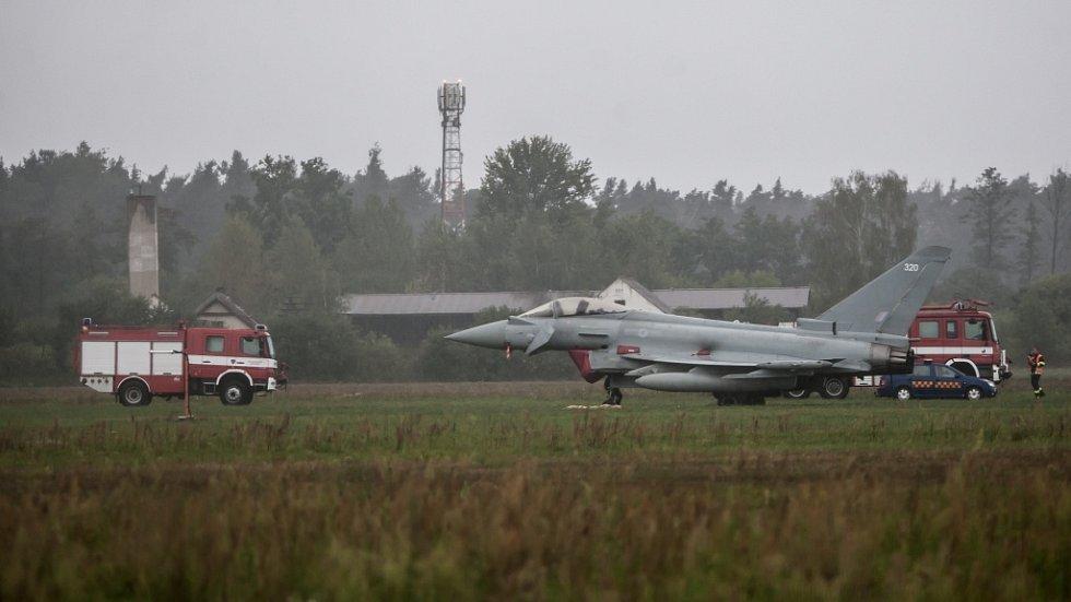 Britská stíhačka Eurofighter nezvládla v Pardubicích přistání. Pilot přejel dráhu letiště.