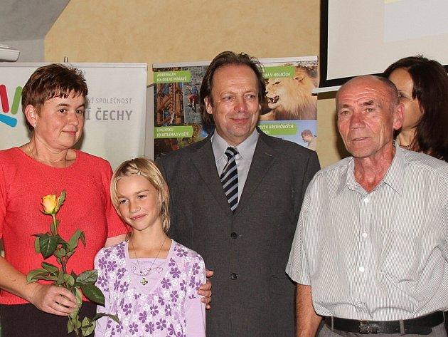 V soutěži Letní pecky, poznej všecky měl nejvíce štěstí Miloslav Lakomý z Luže s rodinou. Na snímku s krajským  radním Miroslavem Stejskalem (druhý zprava).