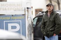 Podvodník Milan Lupoměský opět v Pardubicích. Během několika minut vymámil kolemjdoucích minimálně pět set korun s historkou, že je lékař a potřebuje peníze na benzín