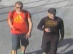 V souvislosti s krádeží kola pátrá policie v Pardubicích po těchto dvou mužích.
