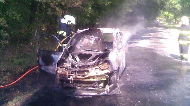 Požár auta v Přelovicích vůz zcela zničil