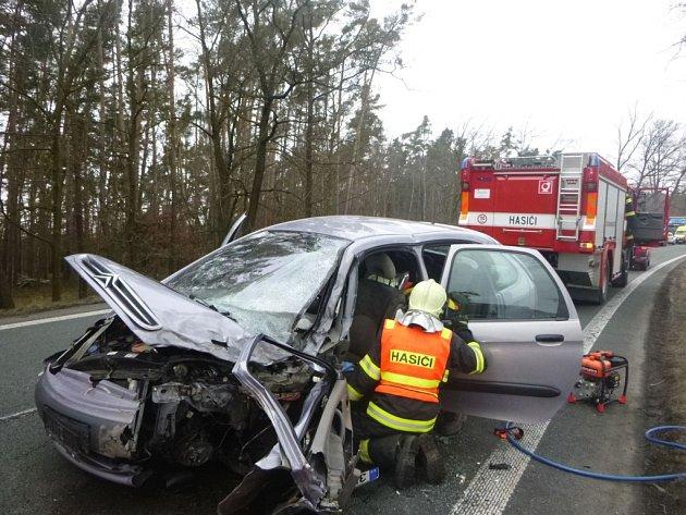 Nehoda dvou osobních vozidel na několik hodin zavřela silnice I/35 u Býště.