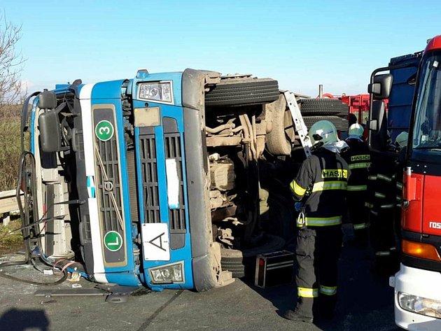 Převrácený kamion na nadjezdu u Černé za Bory