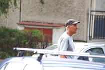 Srpen 2008. Na parkovišti předstírá, že mu došel benzín a vyhlíží další důvěřivce