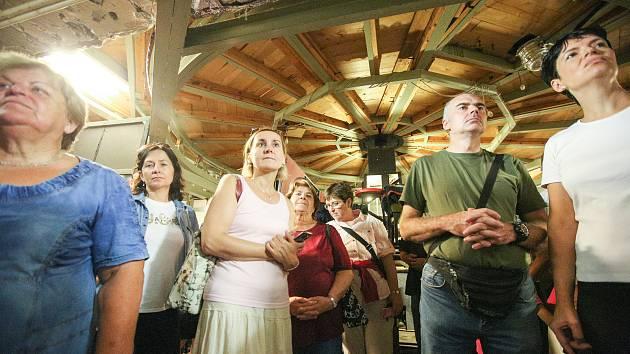 Lidé využili možnost navštívit a prohlédnout si zákulisí Východočeského divadla, které je kromě Dne otevřených dvěří veřejnosti zapovězené.