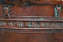"""Detail křtitelnice ukazuje znak rodu Pernštejnů - zubří hlavu a také nápis: """"Vilém z Pernštejna a na Helfenštejně léta páně XVCXVO"""""""