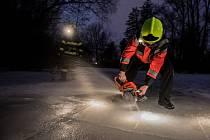 Dobrovolní hasiči v Pardubicích led v parku Na Špici prořezávají kvůli rybám. Zjistí se přitom i síla ledu.