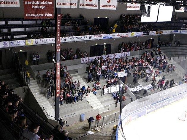 Pardubickým fanouškům vadí vedení hokejového klubu. Na protest proti vedení klubu v první třetině odešla polovina Jižní tribuny.